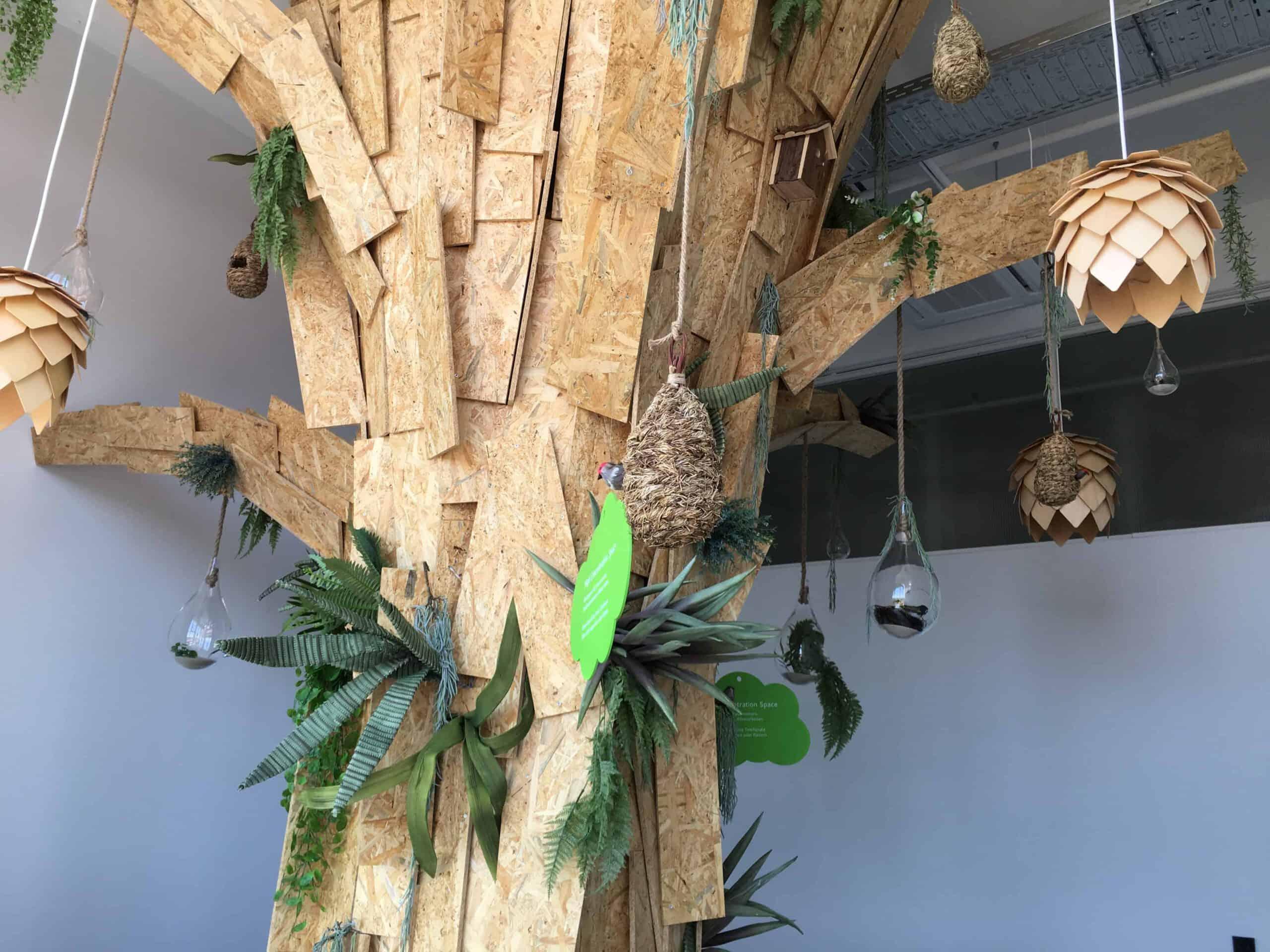 Baum aus Sperrholzplatten fuer New Work Umgebung