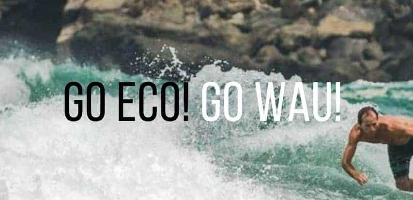 Surfer surft auf Wau Eco Surfboard