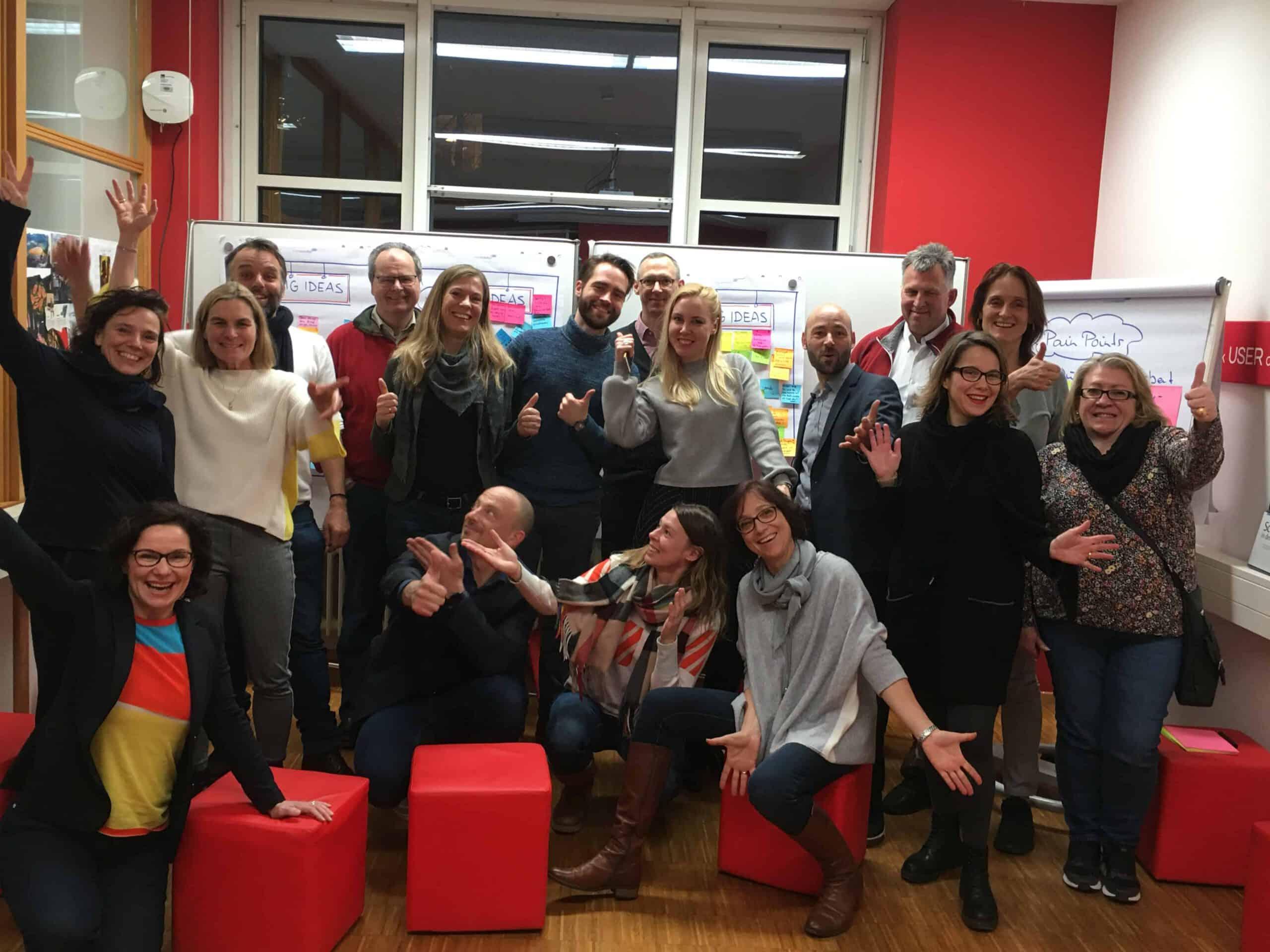 siebzehn glueckliche Design Thinking Netzwerktreffenteilnehmerinnen